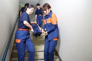 救命講習を受ける女性消防団員
