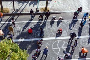 通行止めにした道路に絵やメッセージを書く参加者=有田町本町