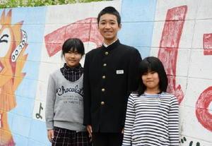 加唐小中に「島留学」した井川真太郎さん(中央)と濱口真帆さん(左)と妹の倖帆さん=唐津市鎮西町の加唐島