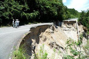 2018年7月の西日本豪雨で長さ約30メートルにわたって崩落した佐賀市富士町の広域農道。三瀬、富士、大和などの山間部では、土砂災害警戒区域に設定されている地区が少なくない