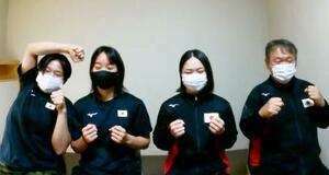 合宿を打ち上げ、オンライン取材に応じる東京五輪ボクシング女子代表でフライ級の並木月海(右から2人目)とフェザー級の入江聖奈(同3人目)ら=15日