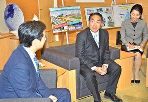タイフェスティバルを前に、山口祥義知事(左)と歓談したアッタカーン・ウォンチャナマース在福岡タイ総領事(中央)=県庁