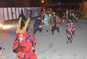 甲冑(かっちゅう)姿などで「だるまさんが転んだ」を楽しむ参加者たち=唐津市東城内の唐津城
