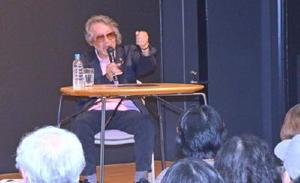 カラツ大学の講座で、映画「花筐」を語る大林宣彦監督=唐津市南城内の大手口センタービル
