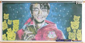新入生を歓迎するため、美術部員が1年生の教室に描いたフィギュアスケート・羽生結弦選手の黒板アート=佐賀市の佐賀北高