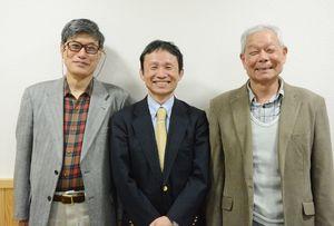 高木瀬小の落語クラブを立ち上げた石橋一徳さん(中央)と、クラブ運営を手助けした山口俊治さん(右)と小林宣洋さん=佐賀市