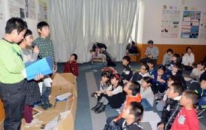 手作りの船の上で、十間堀川について発表する勧興小の5年生=佐賀市立図書館