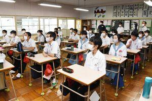 各教室で開かれた始業式で、石橋節二校長の話に聞き入る生徒たち=みやき町の中原中