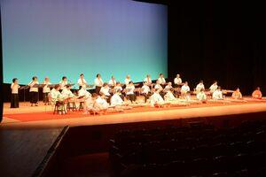 華麗な演奏を披露する参加者=佐賀市文化会館