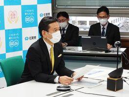 九州知事会のウェブ会議で佐賀県の新型コロナウイルス感染状況を報告する山口祥義知事=佐賀県庁