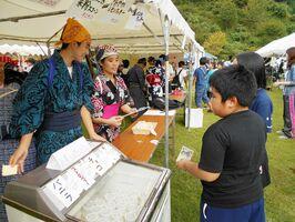 地元の祭りで、自ら仕入れて値段を決めた商品を販売する脊振中生ら=8月、神埼市脊振町の高取山公園(学校提供)