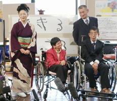 熊本県水俣市で39年ぶりに開かれたコンサートの終了後、写真に納まる石川さゆりさん(左端)と胎児性水俣病患者の滝下昌文さん(右端)ら=2月