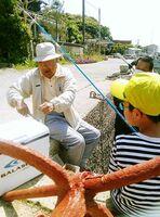 島の人たちに釣りを教わる児童