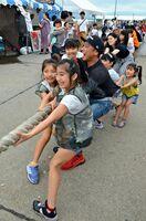「キャ夏祭り」で大綱引きを楽しむ子どもたち=唐津市東唐津