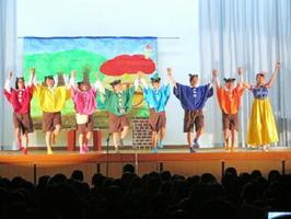 音楽劇を披露する生活経営科の生徒たち(提供写真)