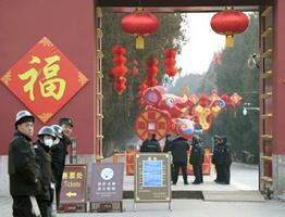 新型肺炎の影響で縁日「廟会」が中止された北京中心部の地壇公園。警備関係者だけが目立った=25日(共同)