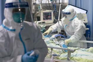 中国、新型肺炎の死者80人に
