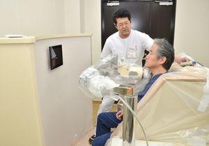 唐津赤十字病院敷地内の県緊急時医療施設にあるホールボディーカウンター。甲状腺など、内部被ばくを調べることができる=唐津市