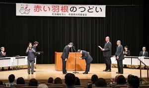 佐賀県共同募金会の伊藤正副会長(左)から共同募金配分事業の決定通知書の交付を受ける代表者ら