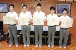 署長感謝状を贈られた5人。左から熊丸司紀さん、原一希さん、牟田晶範さん、本村将彪さん、森嵩真さん=神埼清明高校