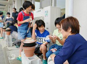 初めてのご飯炊きを楽しむ子どもたち=みやき町ボランティアセンター