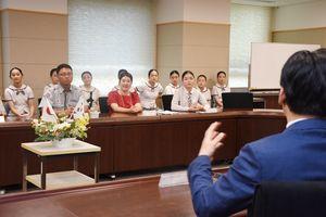山口知事と歓談する韓国訪問団=佐賀県庁
