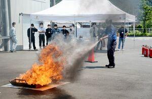 防災研修会訓練で消火器による消火を体験する参加者=有田町の有田消防署