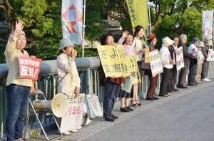 「玄海原発反対」を毎週金曜に訴え、300回目となった活動=27日、佐賀市