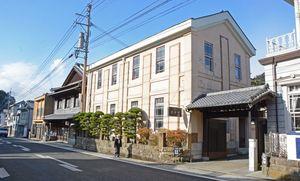 陶磁器店が軒を連ねる有田の町並み。20世紀遺産20選に選ばれるなど、歴史と伝統を生かした観光施策が求められる=有田町
