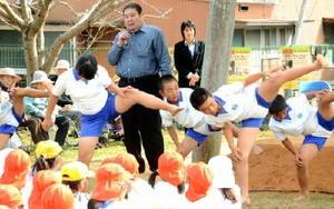 大草野小の子どもたちに四股などの基本動作を指導する高砂親方(中央)=嬉野市の大草野小学校