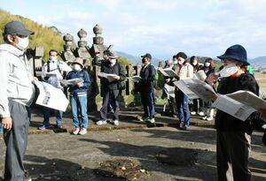 須古鍋島家の御霊屋について白石町職員(左端)から説明を受ける参加者=白石町の陽興寺