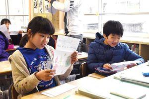 台湾の小学生からの手紙に読む児童=佐賀市の鍋島小