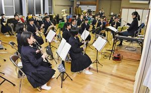 定期演奏会と甲子園での演奏が間近に迫り練習に熱が入る伊万里高吹奏楽部=伊万里市の同校