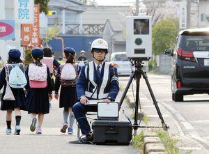 移動式の速度違反自動取り締まり装置が設置された通学路=佐賀市本庄町