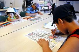326さんデザインの塗り絵を楽しむ子どもたち。世界遺産の三重津海軍所跡について楽しく学んだ=佐賀市川副町の佐野常民記念館