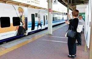 「鬼滅の刃」のラッピングが施された特急「かもめ」を撮影する駅利用客ら=佐賀市のJR佐賀駅