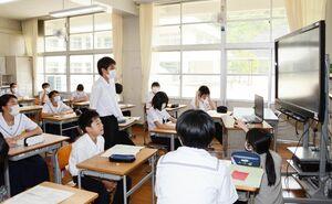 教室から電子黒板に映る生徒会本部役員らに質問する生徒=有田町の有田中