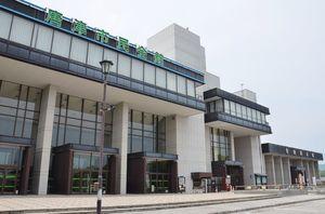 現地での改築方針が示された唐津市民会館(左)。右奥は曳山展示場=唐津市西城内