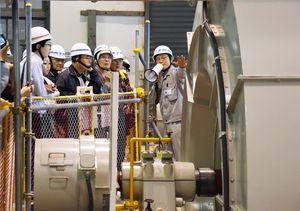 発電所内で職員から説明を受ける参加者たち=神埼市脊振町の九州電力広滝第一発電所