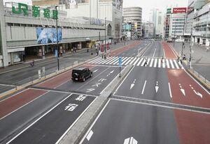 交通量も人通りも少ないJR新宿駅前=4日午後