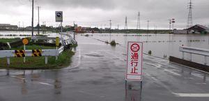 冠水して通行止めになった道路=27日午前8時45分ごろ、鳥栖市今泉町