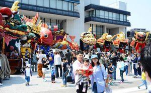 春季例大祭で唐津市民会館前にずらりと並んだ曳山=2018年4月29日