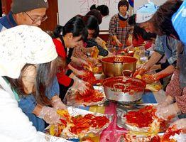 韓国料理教室では、キムチ教室が開かれた=提供写真