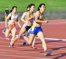 女子七種競技 200メートルで力走する山崎有紀(右)=長野市営陸上競技場
