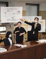 新型コロナウイルスの佐賀県対策本部会議で、唐津市の離島に対する支援策などを説明した山口祥義知事(右)=11日午後、県庁