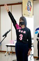 「いきいきはつらつとプレーする」と宣誓した高木瀬チームの伊藤かおり選手=佐賀市の佐賀新聞社