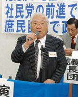 社民党県連の新代表に選ばれ、あいさつする牛嶋博明さん=2008年3月、佐賀市の自治労会館