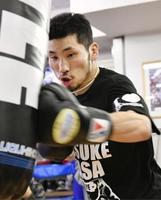 初防衛戦に向け練習する、IBFスーパーバンタム級王者の岩佐亮佑=千葉県柏市のセレスジム