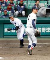 明豊―横浜 3回表明豊2死三塁、青地に適時打を打たれた横浜・及川=甲子園