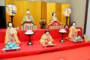 世界最大の磁器製ひな人形2段飾り=有田町の有田館